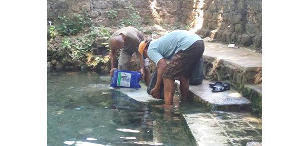 Untuk Dapatkan Air Bersih, Warga Desa ini Harus Menempuh Jarak Sejauh 5 KM