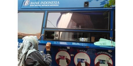 Warga Serbu Layanan Penukaran Uang di Simpang Lima Gumul Kediri