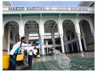 Waspada Corona, Masjid Al Akbar Surabaya Cuci Karpet dan Sediakan Sabun Tangan