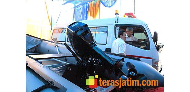 PT BSI Serahkan Satu Mobil Ambulan Dan Perahu Karet Kepada Warga
