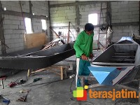 Kayu Jati Mahal, Pengrajin Membuat Perahu dari Pipa PVC