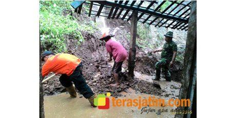 Akibat Hujan Deras, Tebing Longsor Timpa Rumah Warga di Blitar