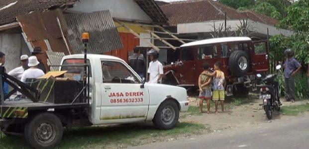 Kabur Tabrak Pelajar, Jeep Hantam Toko