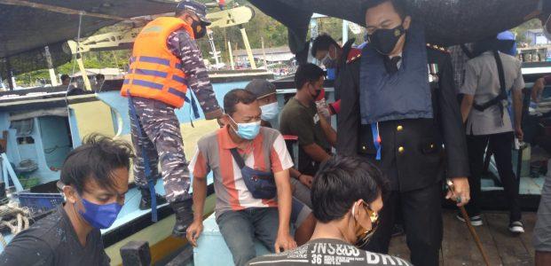 Polisi Pacitan Gelar Vaksinasi Door to Door Kepada Nelayan di Laut