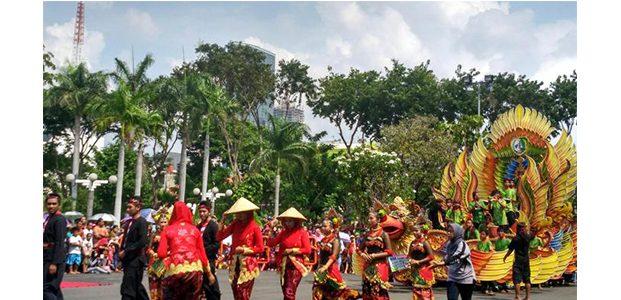 Warga Surabaya Nikmati Parade Bunga