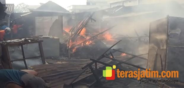 Pasar Terbakar, Puluhan Kios Luluh Lantak