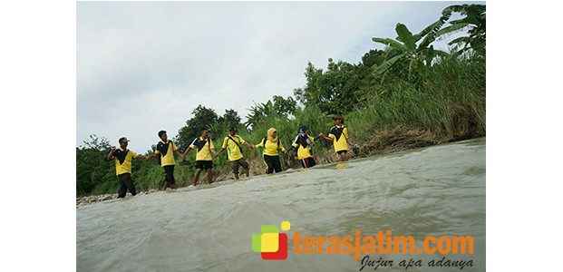Jalankan Tugas Mengajar, Guru SD Pojok Klitih Jombang Harus Jalan Kaki Sejauh 4 Km